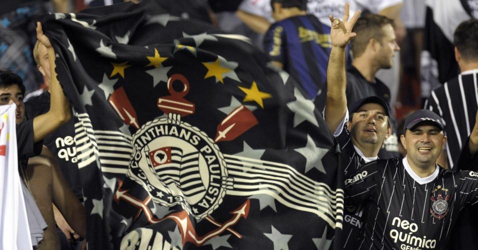 Torcida do Corinthians lota estádio em Ciudad del Leste para a partida contra o Nacional-PAR (11/04/12)