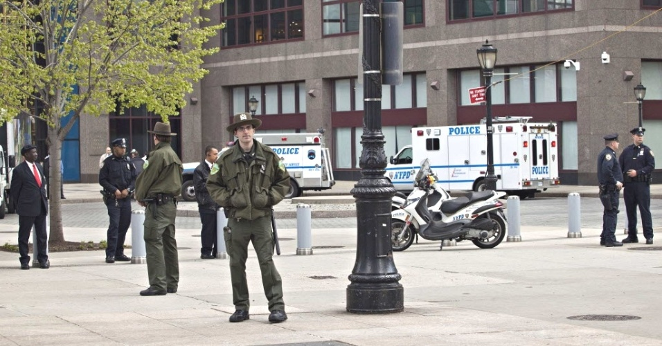 Agentes de segurança policiam lado de fora do prédio do World Financial Center em Nova York (EUA), após o prédio ser evacuado por suspeita de que um pacote encontrado contivesse uma granada. A área do suposto atentado é próxima ao Marco Zero dos atentados de 11/09/01 ao World Trade Center. Análise posterior revelou que o suposto aparelho explosivo era na verdade uma granada de brinquedo