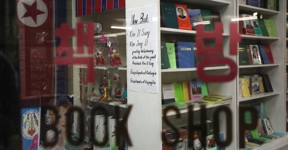 Aviso em livraria de hotel em Pyongyang (Coreia do Norte) informa de novas obras sobre os ex-dirigentes Kim il-Sung e Kim Jong-il