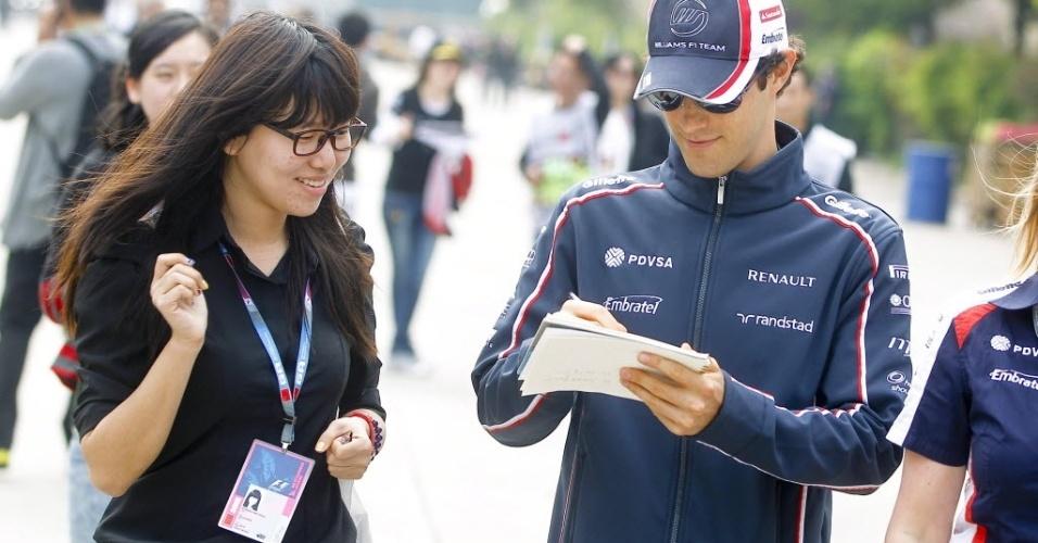 Bruno Senna assina autógrafo para fã chinesa durante chegada ao Circuito Internacional de Xangai