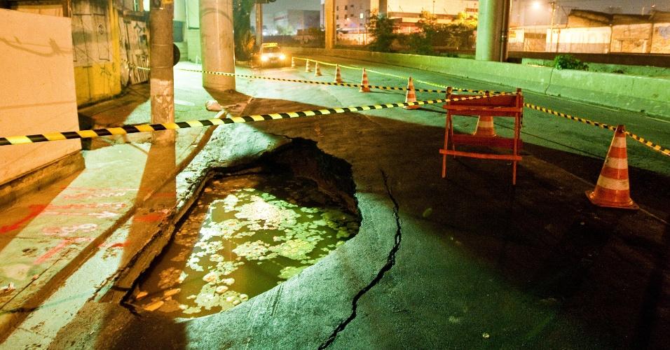 Buraco interdita duas faixas da avenida do Estado, sentido Ipiranga, na zona sul São Paulo