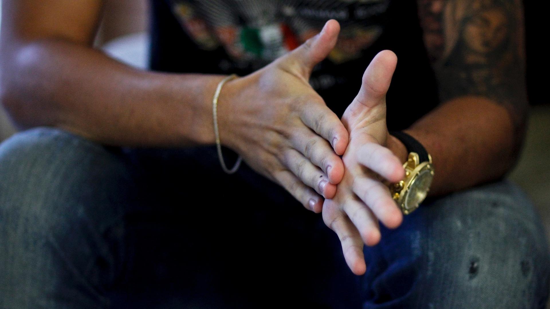 Cañete esfrega as mãos durante entrevista para o UOL em sua casa
