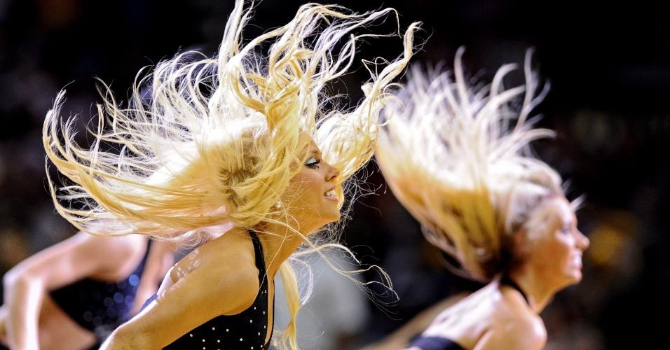 Cheerleaders do San Antonio Spurs fazem apresentação em jogo contra o Los Angeles Lakers (11/04/12)