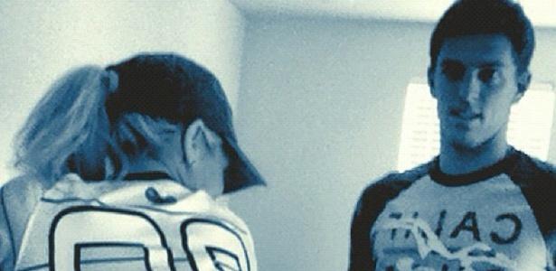 Em foto divulgada no Twitter, Danielle Winits aparece usando camisa de futebol do namorado, o jogador Amaury Nunes.