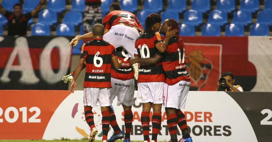 Deivid é abraçado pelos companheiros após marcar para o Flamengo contra o Lanús (12/04/12)