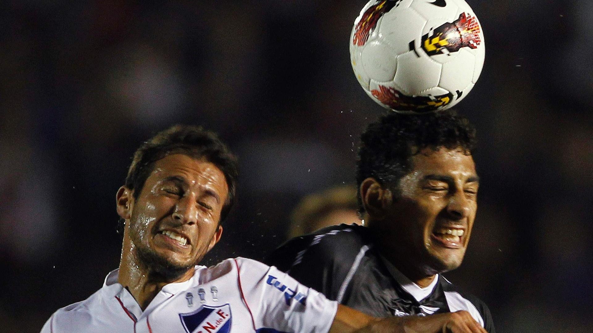 Diego Souza disputa jogada pelo alto no jogo entre Vasco e Nacional-URU (12/04/12)