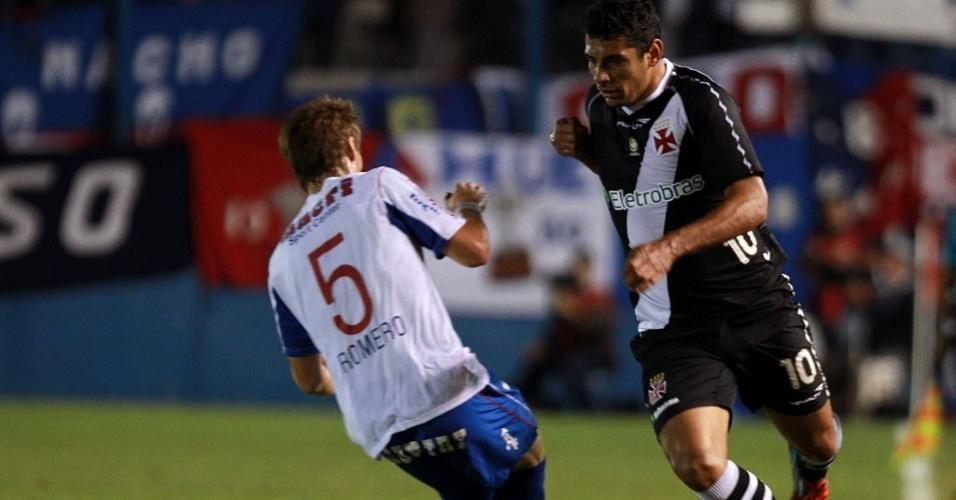 Diego Souza passa por Romero no jogo entre Nacional-URU e Vasco (12/04/12)