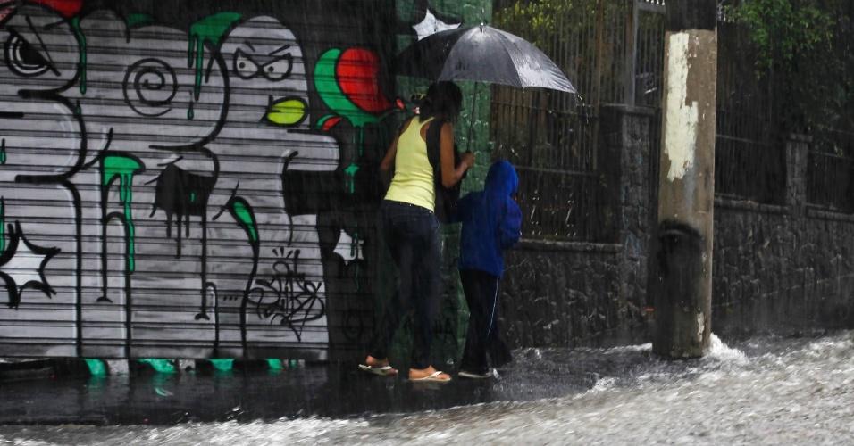 edestres caminharam sob forte chuva na tarde desta quinta-feira na Vila Madalena, zona oeste de São Paulo