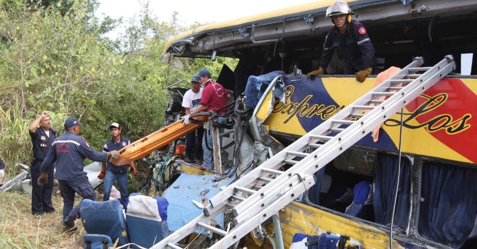Equipes de resgate atuam nesta quinta-feira (12) no lugar em que dois ônibus bateram próximo a Boca de Uchire, na Venezuela.