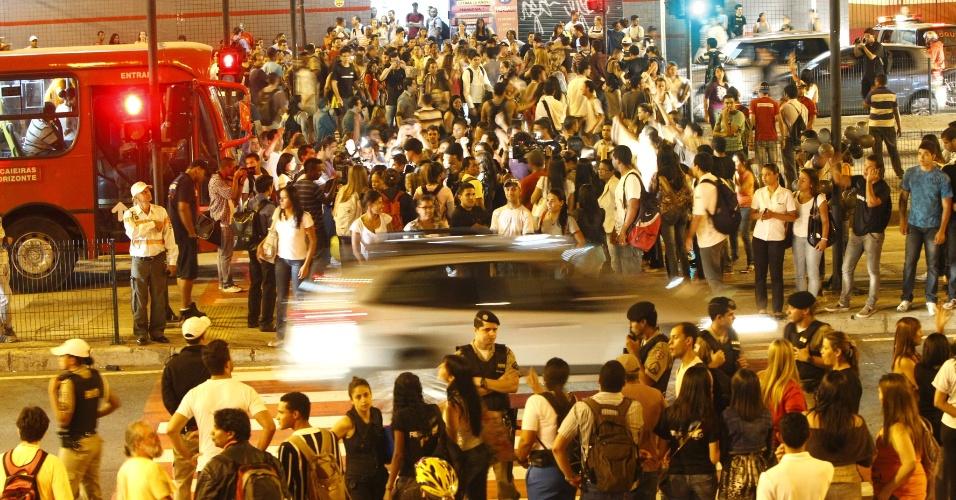 Estudantes da Uni/BH e FACISA/BH (Faculdade de Ciências Sociais Aplicadas de Belo Horizonte) realizam manifestação na avenida Antônio Carlos, no bairro Lagoinha, na capital mineira, nesta quinta-feira (12).