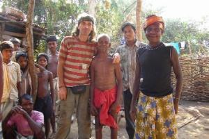 Imagem de arquivo pessoal mostra Paolo Bosusco (esquerda) ao lado de membros de tribo indiana
