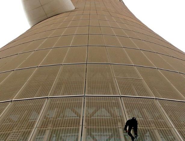 """""""Homem-aranha francês"""", como também é conhecido o francês Alain Robert, escala sem equipamentos até o topo da mais alta torre do The Torch Hotel, a 300 m de altura, em Doha, capital do Qatar"""