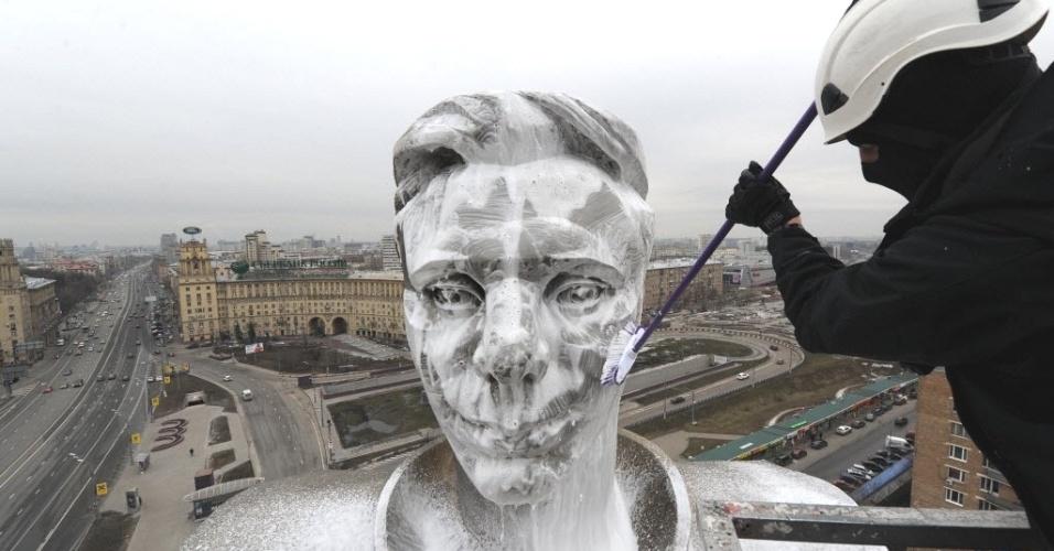 Homem limpa parte superior do monumento a Yuri Gagarin, primeiro homem no espaço, na Praça Gagarin, em Moscou (Rússia). O país celebra nesta quinta-feira (12) o dia da Aviação e dos Cosmonautas, na data de aniversário da ida de Gagarin ao espaço (12 de abril de 1961)
