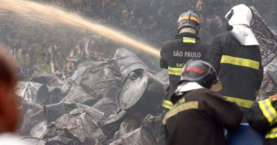 Homens do Corpo de Bombeiros, com auxílio da Defesa Civil, trabalharam nesta quinta-feira (12) no rescaldo do incêndio que atingiu ontem (11) uma fábrica de tintas em Itaquaquecetuba, em São Paulo.