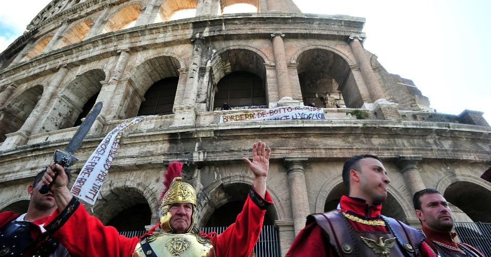 Homens fantasiados de gladiadores romanos que trabalham nas proximidades do Coliseu de Roma tirando fotos com turistas enfrentaram a polícia