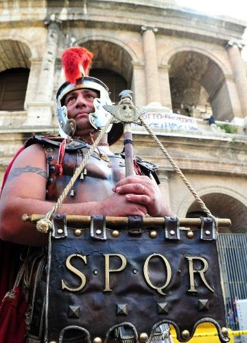 Homens fantasiados de gladiadores romanos que trabalham nas proximidades do Coliseu de Roma tirando fotos com turistas protestaram no local