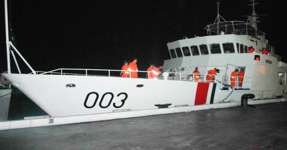 Imagem divulgada pela guarda Costeira das Filipinas mostra patrulheiro zarpando de porto Filipino após incidente com embarcação da China em águas próximas ao atol de Scarborough