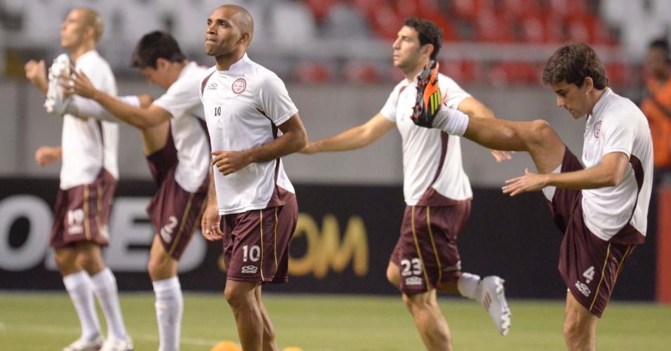 Jogadores do Lanús fazem aquecimento antes da partida contra o Flamengo (12/04/12)