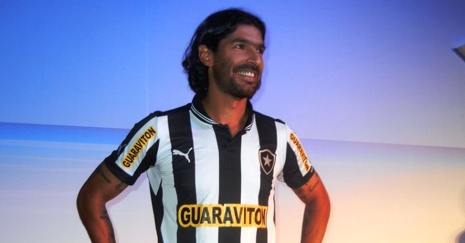 Loco Abreu foi modelo por um dia no lanamento da nova camisa do Botafogo
