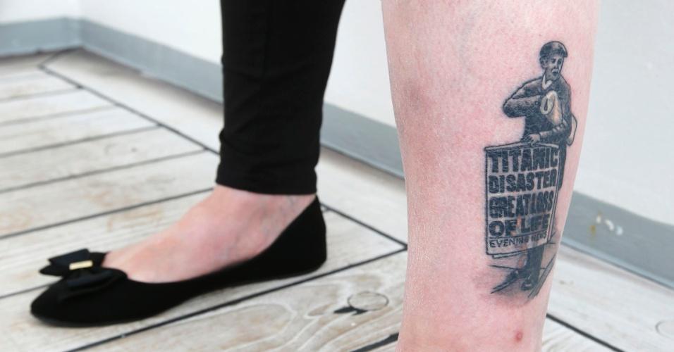 Lynn Chambers mostra a tatuagem de um vendedor de jornais com manchete do naufrágio do Titanic. Lynn viaja no cruzeiro memorial que refaz o trajeto do navio histórico