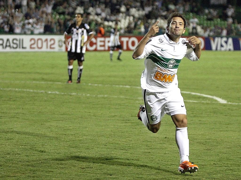 Meia Everton Ribeiro comemora gol contra o ASA pela Copa do Brasil (11/04/2012)