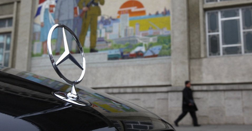 Mercedes-Benz é estacionada do lado de fora do Palácio Cultural do Povo, em Pyongyang, na Coreia do Norte