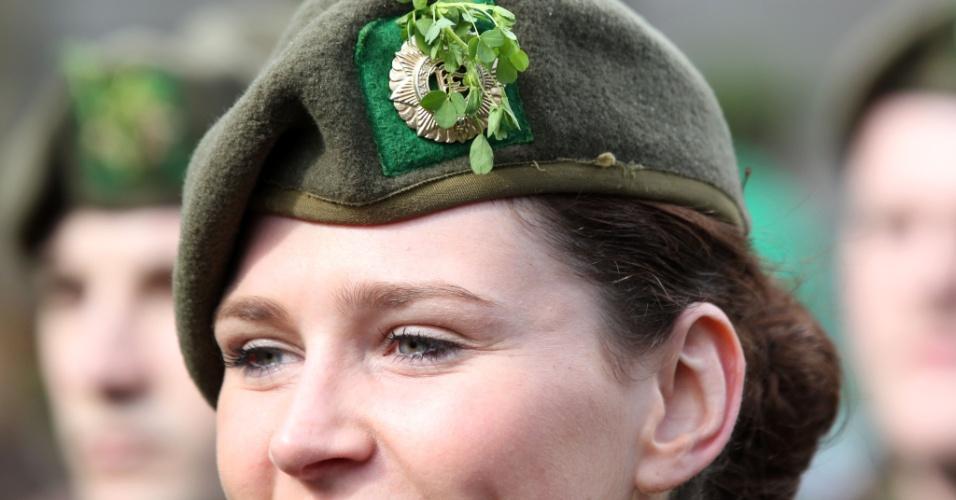 Militar irlandesa marcha durante festividade do dia de São Patrício, em Dublin