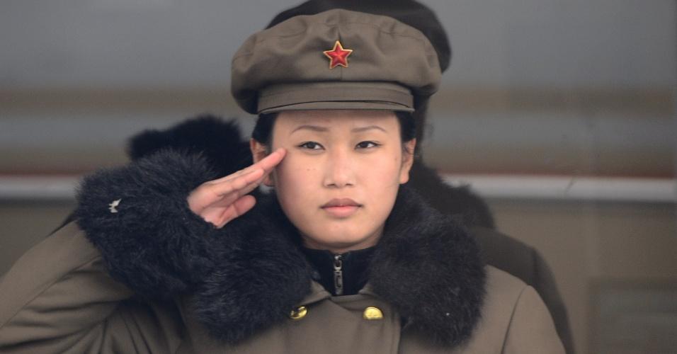 Militar norte-coreana saúda superior em Pyongyang
