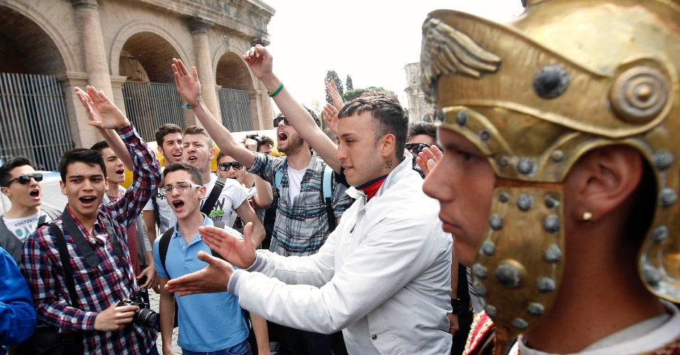 Moradores de Roma e turistas se solidarizaram com o protesto dos homens fantasiados de gladiadores que protestam no Coliseu contra uma ação de despejo das autoridades italianas