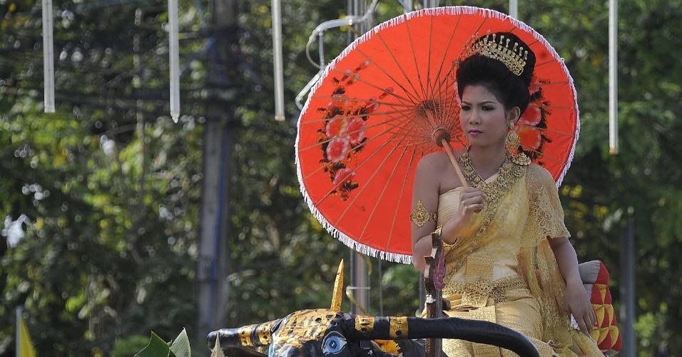 Mulher desfila em carro alegórico durante o festival Songkran, que marca o Ano Novo tailandês, na província de Narathiwat, na Tailândia