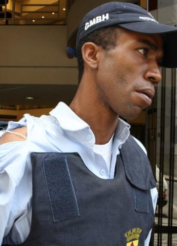 O guarda municipal Celio foi agredido por um aluno da escola municipal Anísio Teixeira, em Belo Horizonte (MG), nesta quinta-feira (12), e teve a camisa rasgada.