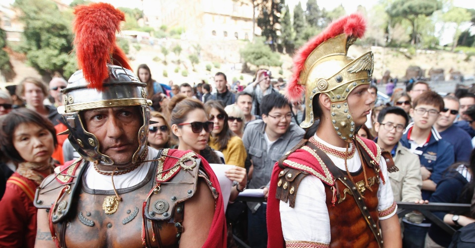 Os tradicionais &#34;gladiadores&#34; do Coliseu de Roma - homens fantasiados que posam para fotos - protestam contra uma a&#231;&#227;o de despejo