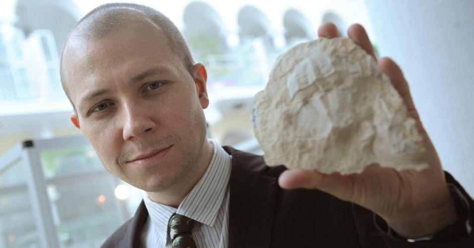 Paleontólogo polonês Adrian Kin, da Jagiellonian University, exibe fósseis de no mínimo 148 milhões de anos, achados por ele em pedreira ao sul da Polônia