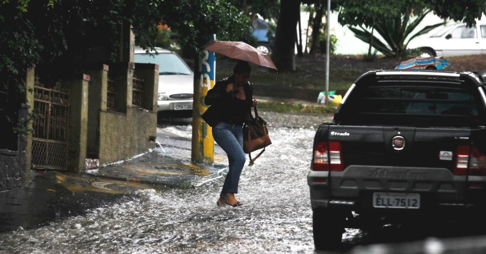 Pedestres caminharam sob forte chuva na tarde desta quinta-feira na Vila Madalena, zona oeste de S&#227;o Paulo