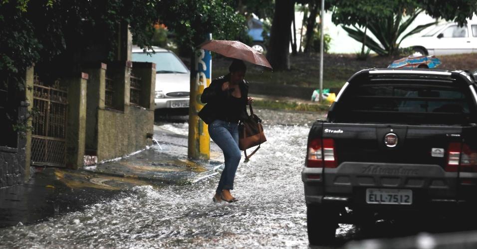 Pedestres caminharam sob forte chuva na tarde desta quinta-feira na Vila Madalena, zona oeste de São Paulo