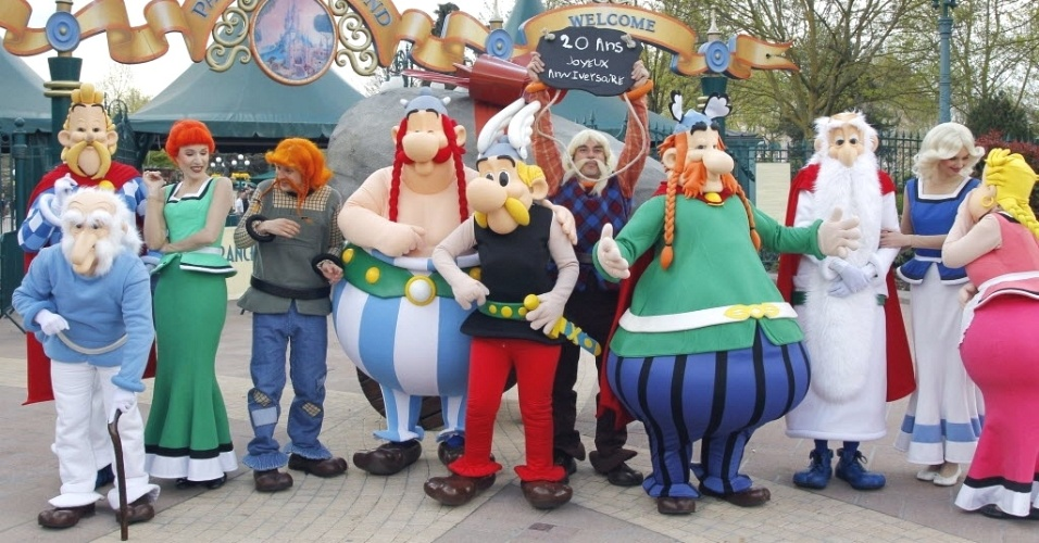 Personagens da revista em quadrinhos Asterix posam para fotos na entrada do parque de divers&#245;es Euro Disney, em Paris, que neste ano comemorar 20 anos