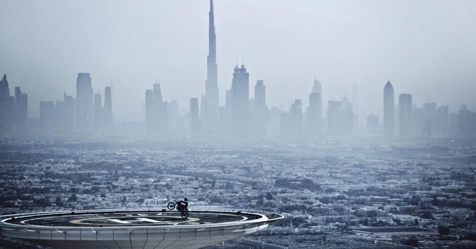 Piloto de motovelocidade faz manobra com sua moto no heliponto do Burj al Arab, em Dubai