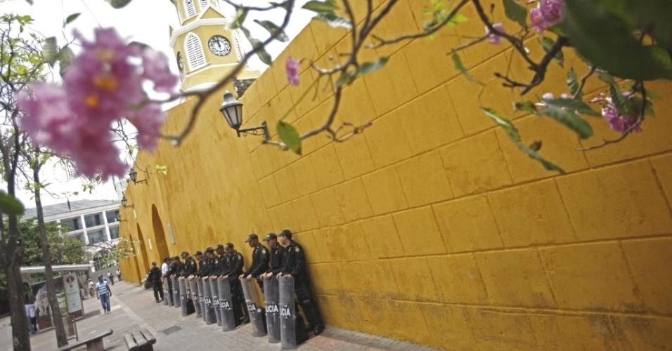 Policiais montam guarda em área de entrada de delegados participantes da Cúpula das Américas, que começa no sábado (14) em Cartágena, na Colômbia
