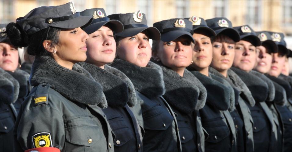 Policiais russas marcham durante ensaio para parada militar do dia da Vitória, em São Petesburgo