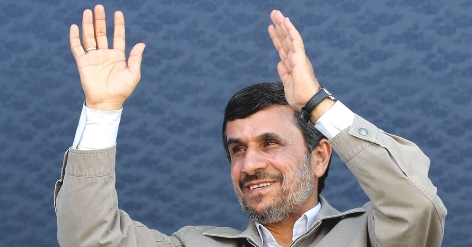 Presidente do Ir&#227;, Mahmoud Ahmadinejad, acena para p&#250;blico durante visita a Jask, na prov&#237;ncia de Hormozgan, regi&#227;o sul do pa&#237;s. O mandat&#225;rio afirmou nesta quinta-feira que o pa&#237;s n&#227;o abrir&#225; m&#227;o de seu projeto de enriquecimento de ur&#226;nio, se antecipando ao debate de pot&#234;ncias mundiais sobre o Ir&#227;, a ser realizado no fim de semana