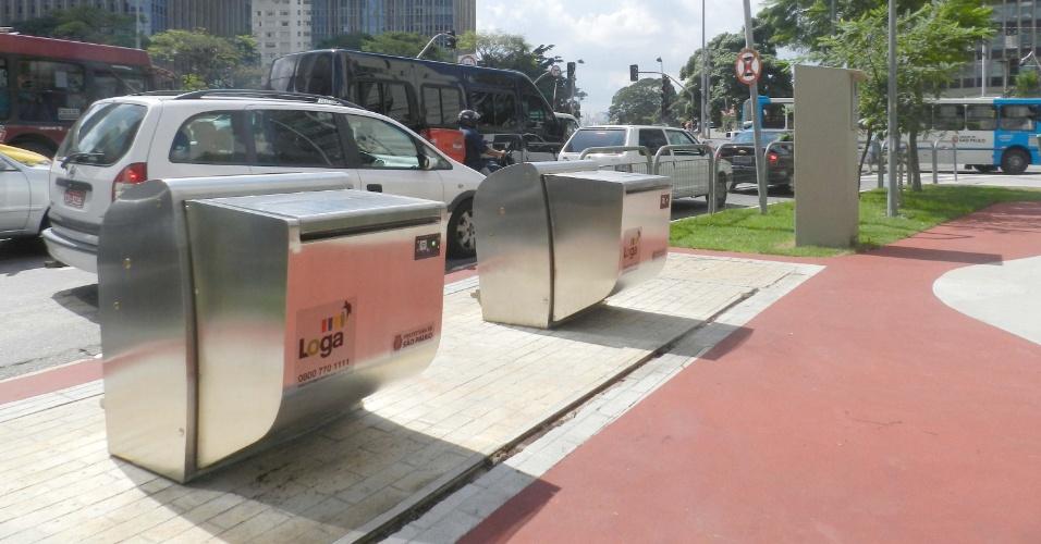 Protótipos de lixeiras na Avenida Brigadeiro Faria Lima com a Avenida Rebouças, zona sul de São Paulo. O projeto piloto é um teste para a viabilidade de um sistema mecanizado de coleta de lixo. Os dejetos domiciliares serão depositados em uma espécie de lixeira fechada de metal e cairão direto em contêineres enterrados sob as calçadas. A ideia é que os paulistanos troquem o uso de sacos plásticos pelas lixeiras