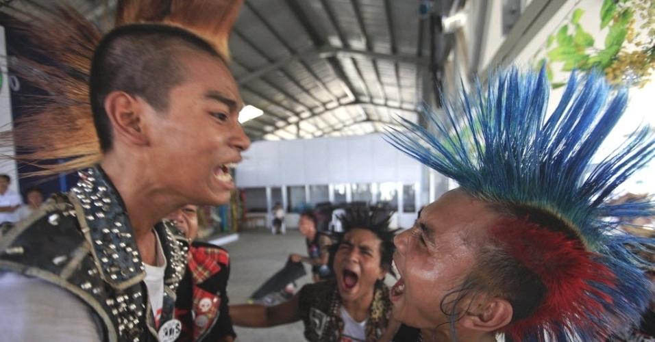 Punks cantam em show em bar de Yangon (Mianmar), durante as comemorações pelo ano novo birmanês