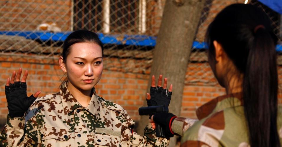 Recruta chinesa participa de treinamento, em Pequim