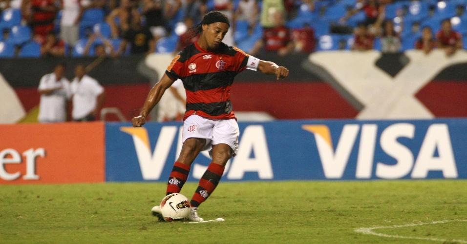 Ronaldinho Gaúcho cobra falta no jogo entre Flamengo e Lanús (12/04/12)