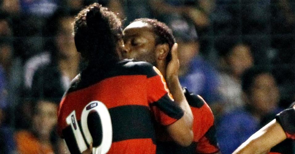 Ronaldinho Gaúcho é beijado por Vágner Love depois de gol do Flamengo na Libertadores
