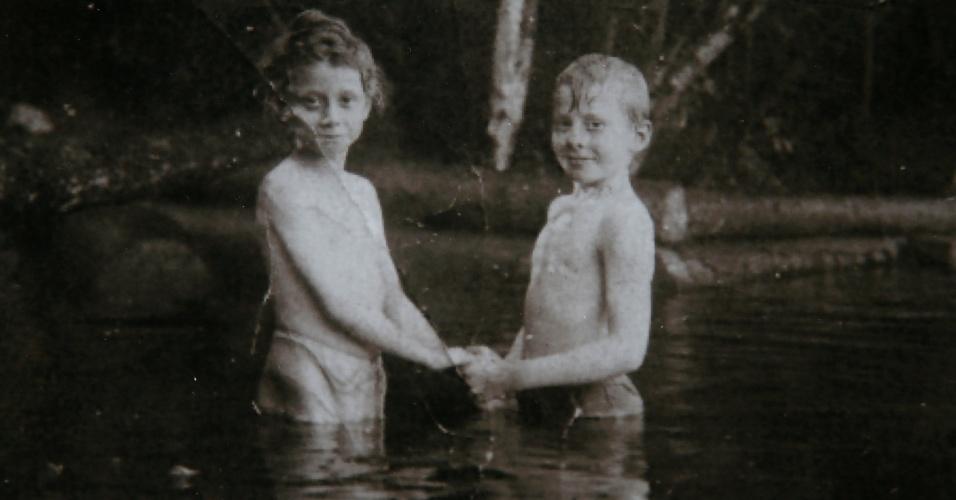Ruth Stevely (à esq.) posa para foto de família ao lado de seu primo, Dan Marvin, que morreu no naufrágio do Titanic. O primo de terceiro grau de Marvin, Rick Noble, do Texas, nos Estados Unidos, viaja no cruzeiro Titanic Memorial, que reproduz a expedição da histórica embarcação