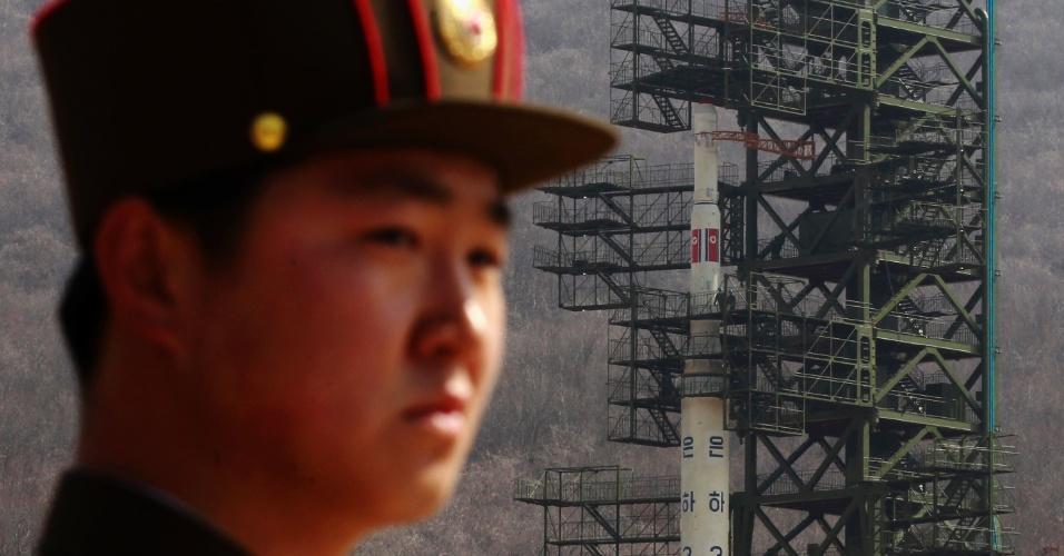 Soldado monta guarda em frente ao foguete Unha-3 (Via Láctea-3) durante uma visita guiada à mídia pelas autoridades norte-coreanas, em foto tirada no último domingo (8) no noroeste de Pyongyang.