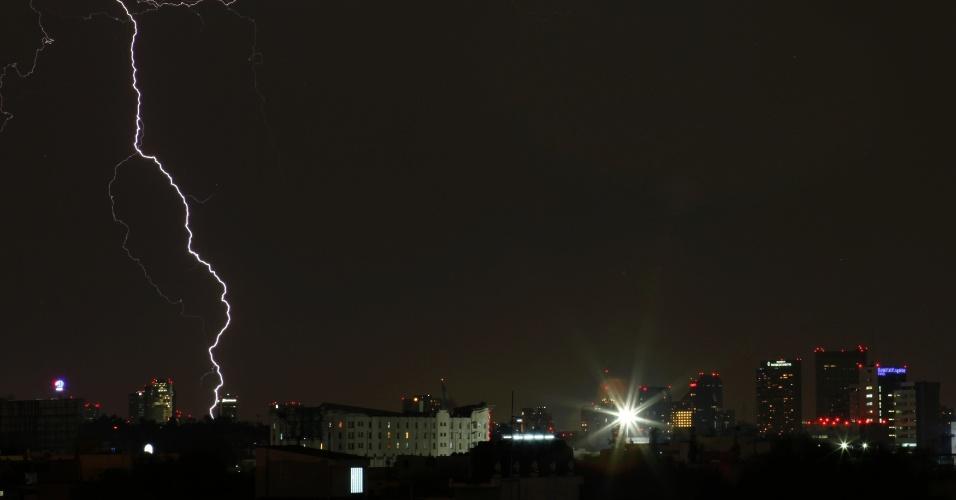 Tempestade de raios atinge a Cidade do México