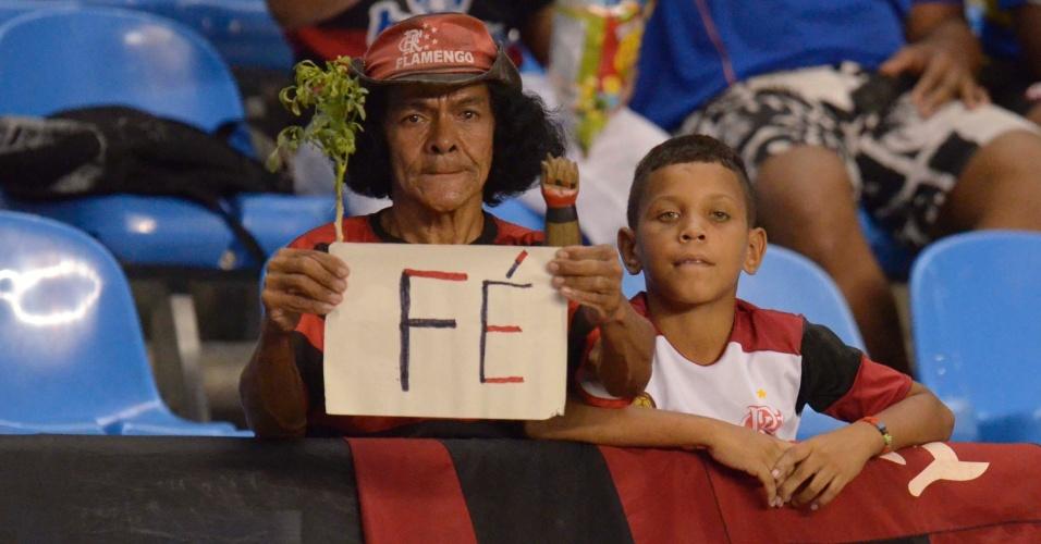 Torcedora do Flamengo mostra confiança na classificação contra o Lanús (12/04/12)