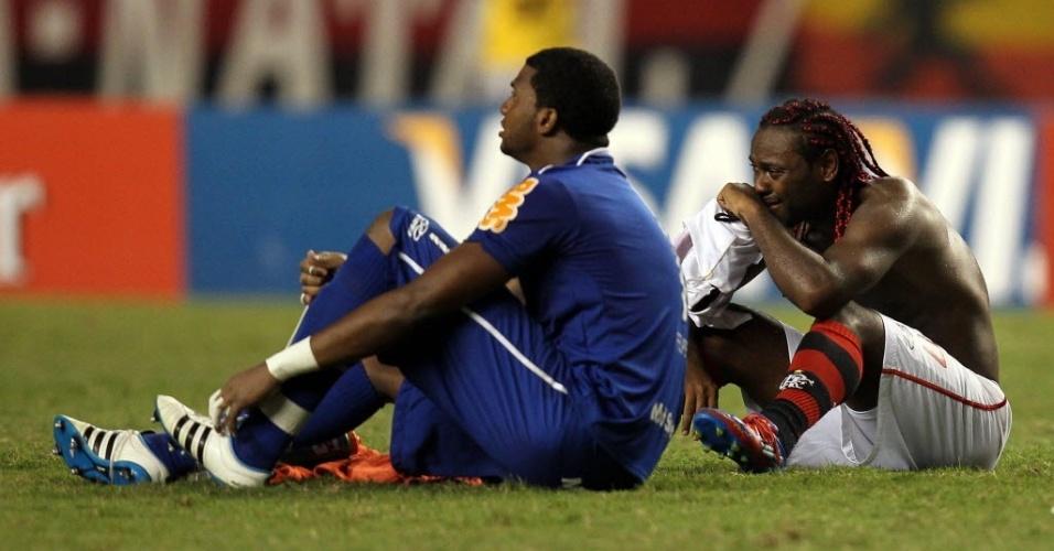 Vagner Love chora e Felipe aparenta não acreditar na eliminação do Flamengo após vitória do Emelec sobre o Olimpia (12/04/12)